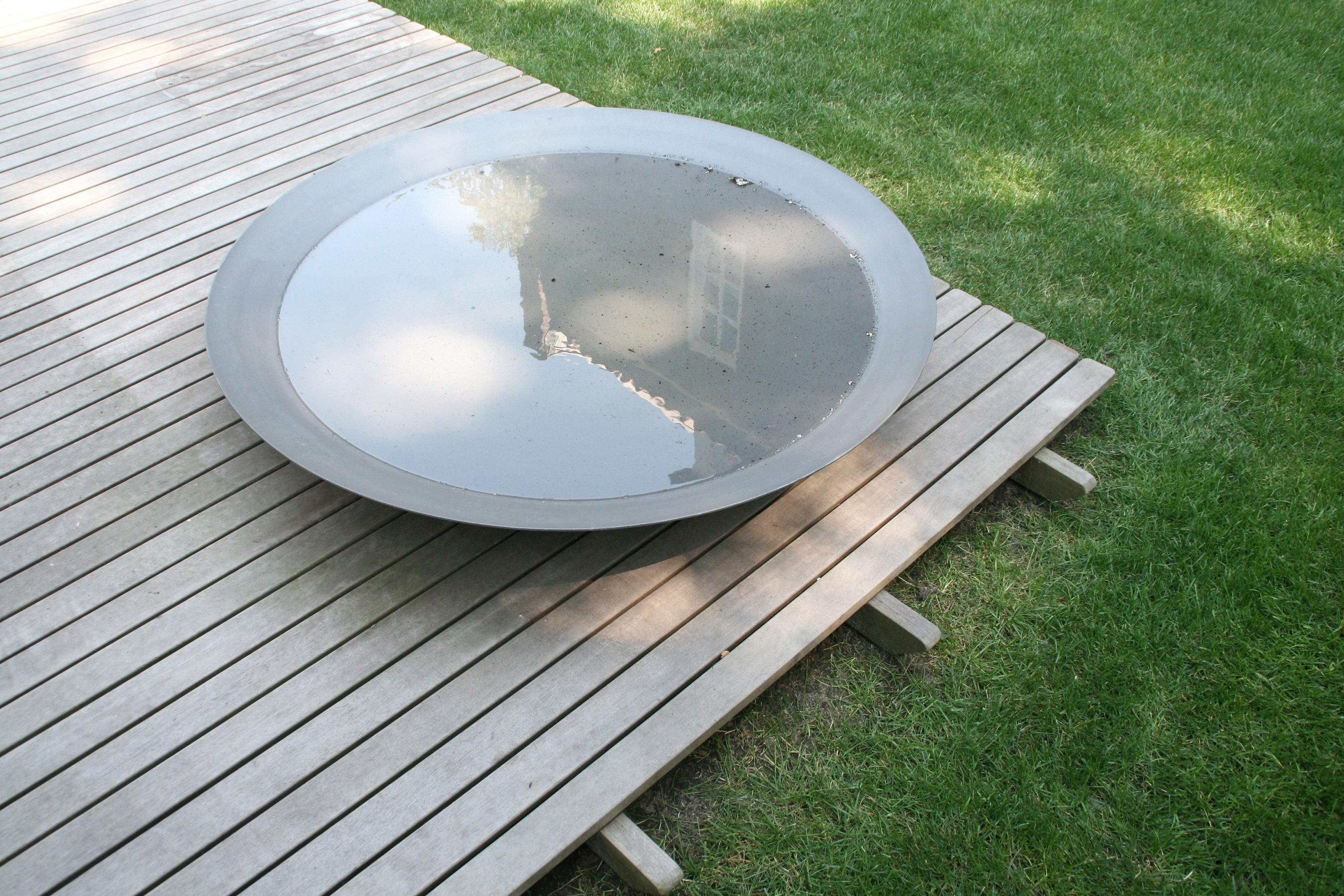 Water bowl reflecting as meditative element in garden room