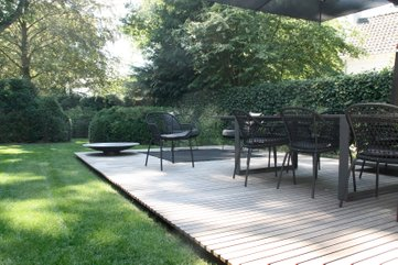 Subtle floating wooden deck | well detailed and refined